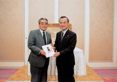 三重県立美術館へモネの作品を贈呈する岡田卓也理事長(左)