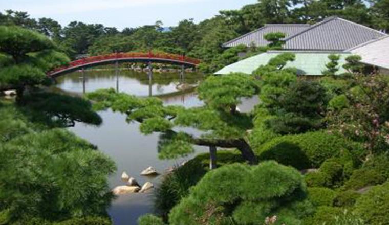 大名庭園「中津万象園」八景池にかかる邀月橋