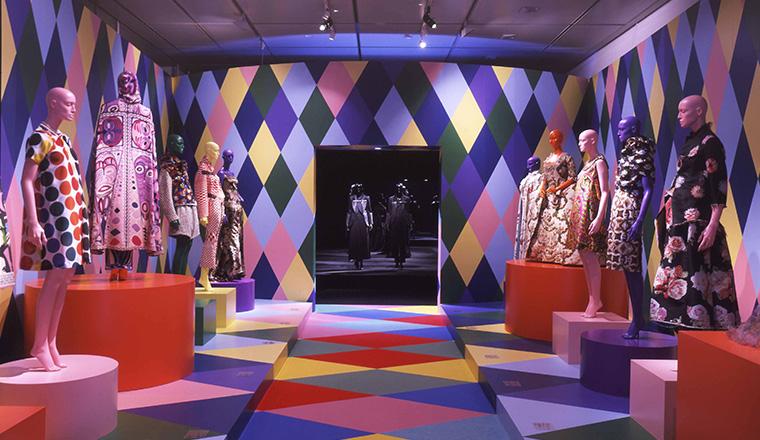 「COLORS ファッションと色彩:VIKTOR&ROLF&KCI」展の開催の様子