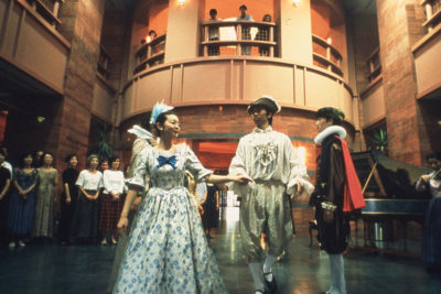 「古典舞踏をお茶の間へ」カスミ社屋のエントランスホールにて